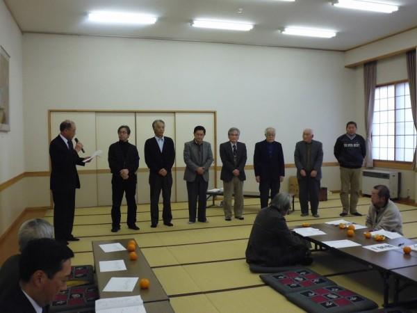 奥山新区長より新常会長が紹介されました。 向かって左から第一常会渡辺さん~第八常会長多さんに、「これから一年間宜しくお願いします」