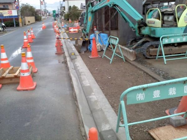 工事で、歩道の傾斜を解消します
