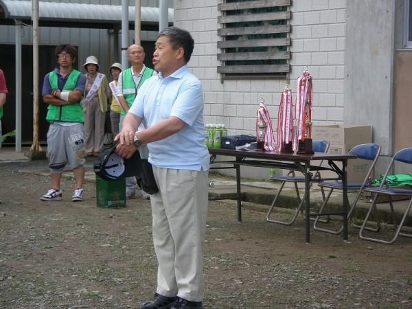 柳原地区住民自治協議会朝日会長のあいさつで始まりました。          地域の懇親と絆づくりが球技大会の目的です。