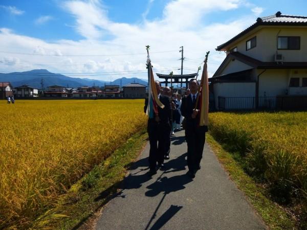 小島区公会堂より宮司様を神社までお連れする神事
