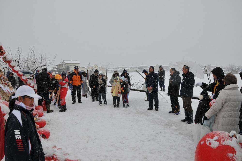 およそ100人が参加しての「どんど焼き」吉越育成会長のあいさつ