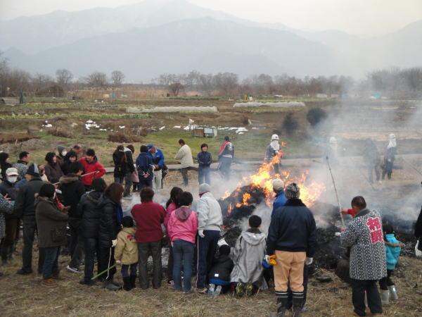 最後に、残り火でお餅など焼いて家族みんなで頂きます。 今年も大きな災害の無い、平穏な年になりますように。<br />